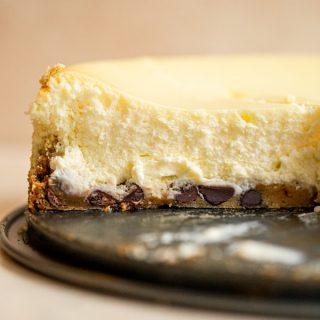 Milk & Cookies Cheesecake | Chocolate Chip Cookie Crust Cheesecake